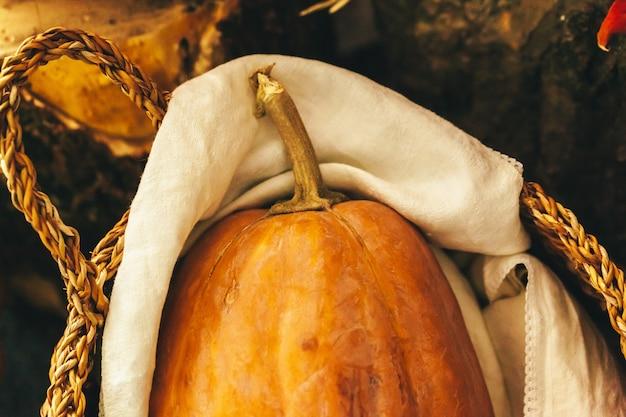 Herbst mit kürbis nah oben auf tabelle Premium Fotos