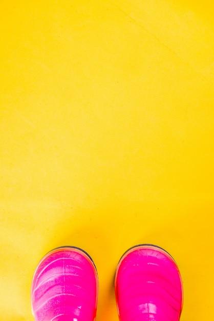 Herbst scherzt stoffkonzept, helle rosa gummistiefel für regen Premium Fotos