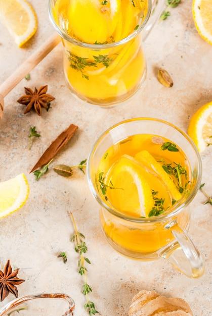 Herbst und winter traditionelle getränke. erwärmung heißen tee mit zitrone, ingwer, gewürzen (anis, zimt) und kräutern (thymian), copyspace Premium Fotos