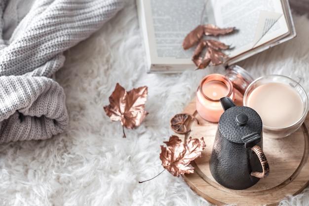Herbst-winter gemütliches zuhause stillleben mit einer tasse heißem getränk. Kostenlose Fotos