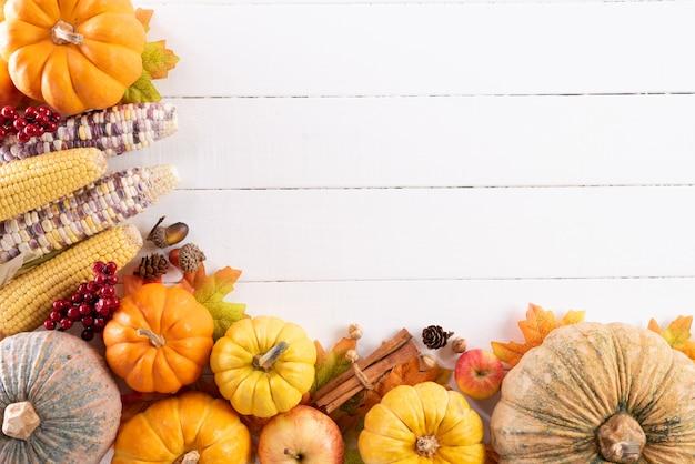 Herbstahornblätter mit kürbis und roten beeren, erntedankfestkonzept. Premium Fotos