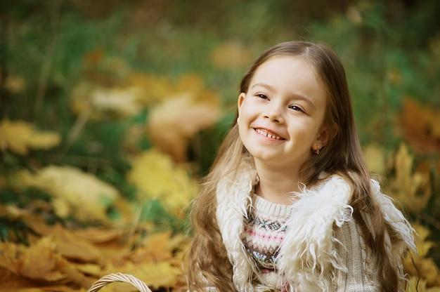 Herbstaktivitäten für kinder. lachendes mädchen kleines kind im herbstpark Premium Fotos