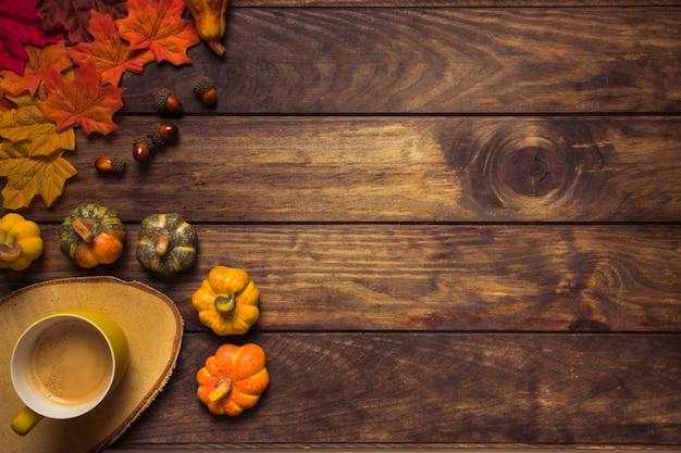 Herbstanordnung mit blättern und heißem getränk Kostenlose Fotos