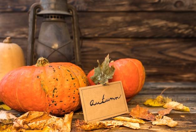 Herbstanordnung mit kürbisen und rostiger laterne Kostenlose Fotos