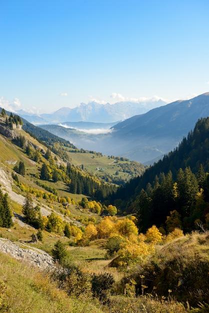Herbstberglandschaft in den französischen alpen Premium Fotos
