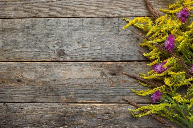 Herbstblumen auf hölzernem rustikalem hintergrund. kopieren sie platz Premium Fotos