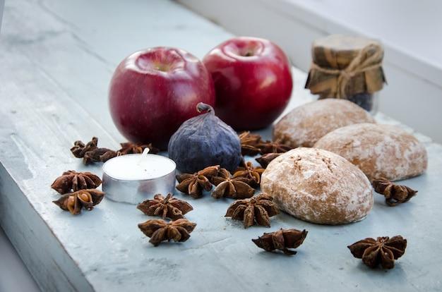 Herbstdekorationen. äpfel, anis, kerzen Premium Fotos