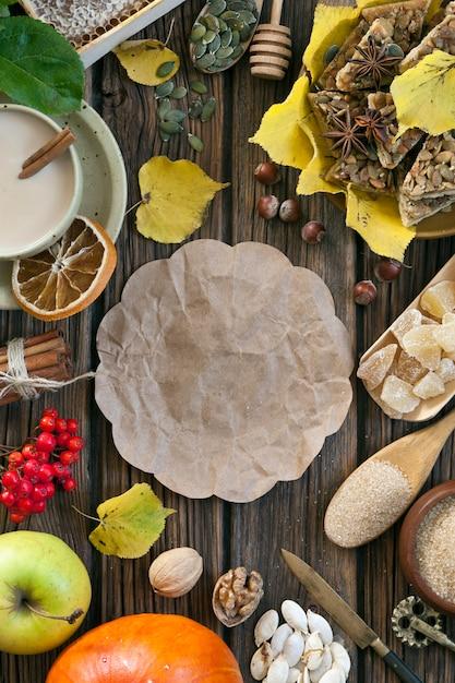 Herbsternte von obst und gemüse von auf der dorftabelle. Premium Fotos