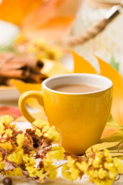 Herbstfahne mit tasse kaffee mit zimt auf weißem holz Premium Fotos