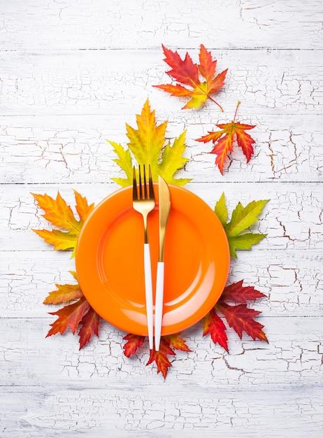 Herbstgedeck mit blättern Premium Fotos