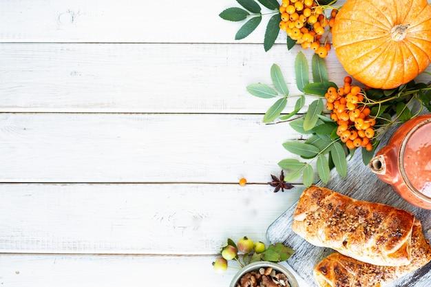 Herbsthintergrund. äpfel, kürbis, paradiesäpfel, eberesche auf weißem holz. draufsicht. Kostenlose Fotos