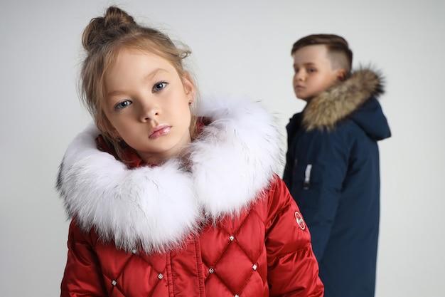 Herbstkollektion von kleidung für kinder und jugendliche. jacken und mäntel für herbstkälte Premium Fotos