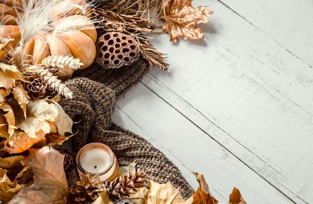 Herbstkomposition mit dekorativen gegenständen und kürbissen Kostenlose Fotos