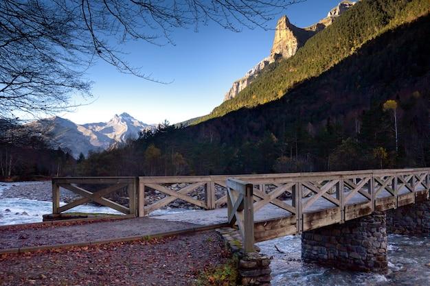 Herbstlandschaft im ordesa nationalpark, pyrenäen, huesca, aragonien, spanien Kostenlose Fotos