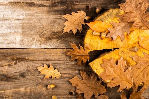 Herbstlaub auf hölzernem hintergrund Kostenlose Fotos