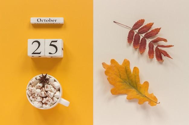 Herbstlaub, heißgetränk und kalender Premium Fotos