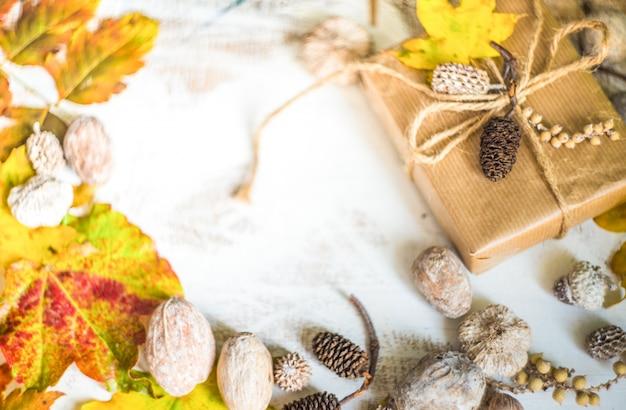 Herbstlich mit gelben blättern Premium Fotos