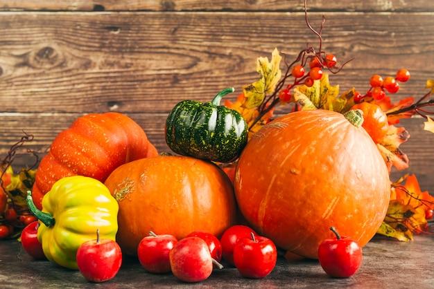Herbstliche ernte gegen holzwand Kostenlose Fotos