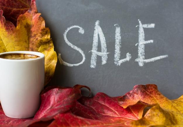 Herbstliche helle blätter mit verkaufswort Premium Fotos