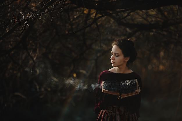 Herbstliche stimmung. gothic style. brunettefrau im dunkelroten tuch Kostenlose Fotos