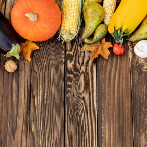 Herbstlicher rahmen auf hölzernem hintergrund Kostenlose Fotos
