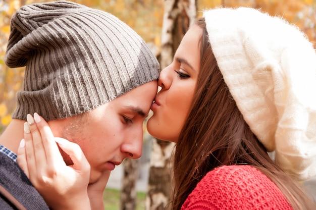 Herbstromantik zwischen zwei jugendlichen im allgemeinen park Premium Fotos