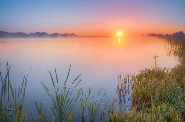 Herbstsonnenaufgang über dem see Premium Fotos