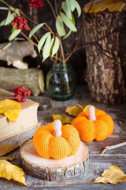 Herbststillleben mit einem kürbis und gefallenen blättern Premium Fotos