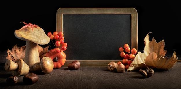 Herbststillleben mit tafel- und herbstdekorationen Premium Fotos
