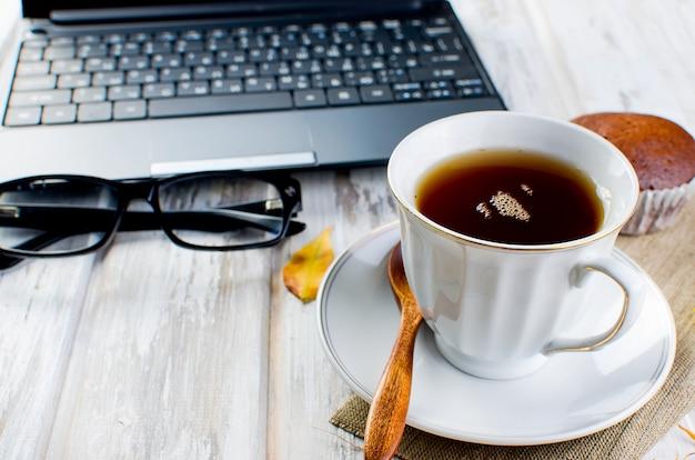 Herbststillleben mit tasse tee und blättern. Premium Fotos