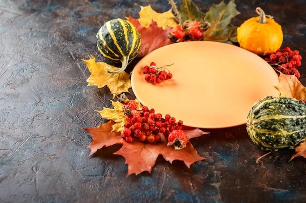 Herbsttischgedeck mit kürbissen. thanksgiving-abendessen und herbstdekoration. Premium Fotos