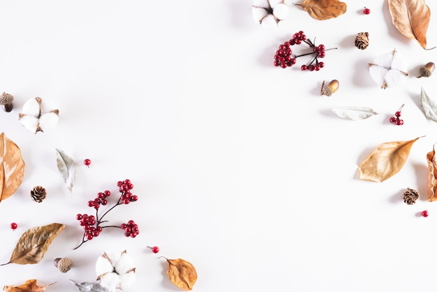 Herbstzusammensetzung auf weißem hintergrund. flache lage, draufsichtkopie. Premium Fotos