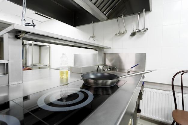 Herdplatte in einer modernen restaurantküche Premium Fotos