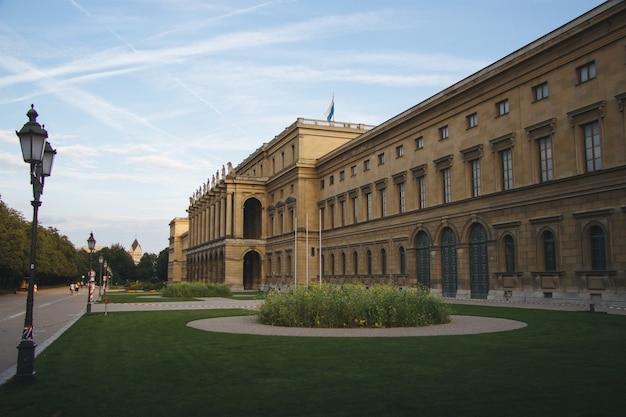 Herkuleshalle umgeben von grün unter dem sonnenlicht tagsüber in münchen in deutschland Kostenlose Fotos