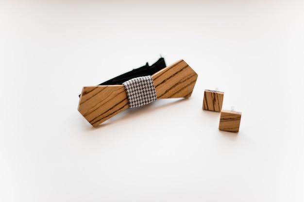 Herren accessoires. elegante und stilvolle hölzerne fliege und manschettenknöpfe Premium Fotos