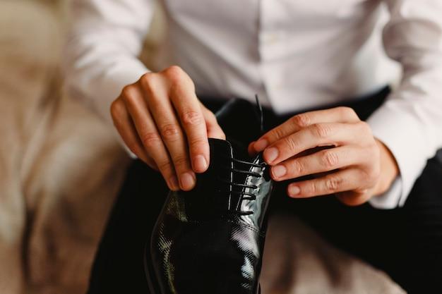 Herrenschuhe zum anziehen, indem sie den tag der hochzeit wählen Premium Fotos