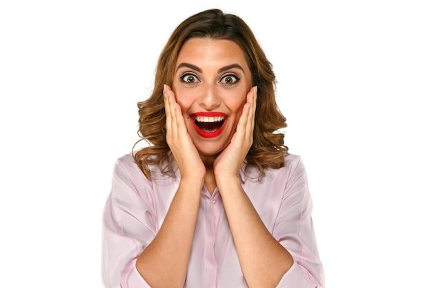 Herrlich überraschte glückliche, lächelnde frau mit den weißen zähnen, große augen der roten lippen Kostenlose Fotos