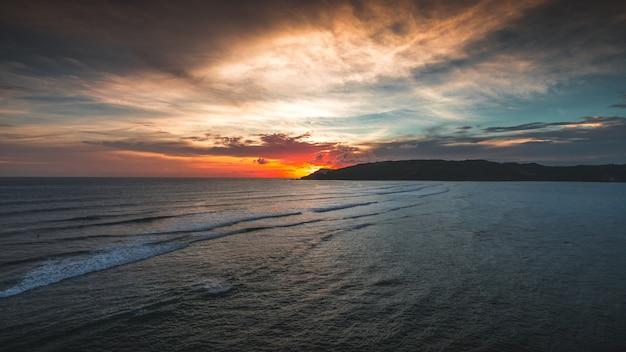 Herrliche ansicht des friedlichen ozeans bei sonnenuntergang, gefangen in lombok, indonesien Kostenlose Fotos