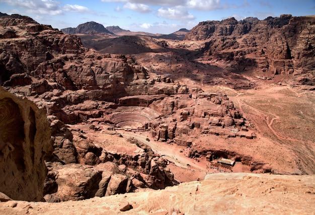 Herrliche aussicht auf petra, jordanien. das amphitheater schnitt in den felsen und in die alten felsenhöhlen Premium Fotos