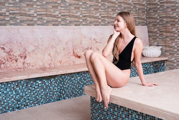 Herrliche frau, die am badekurort aufwirft Kostenlose Fotos