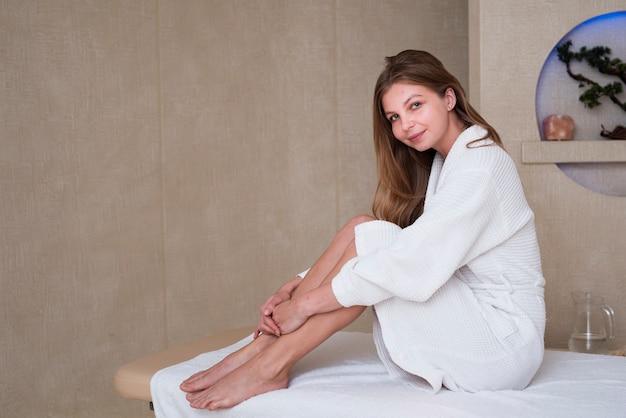 Herrliche frau, die auf der massagetabelle am badekurort aufwirft Kostenlose Fotos
