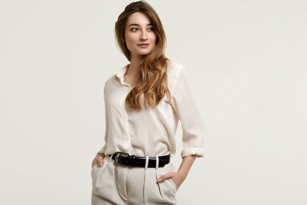 Herrliches weibliches brunettemodell in der weißen kleidung Premium Fotos
