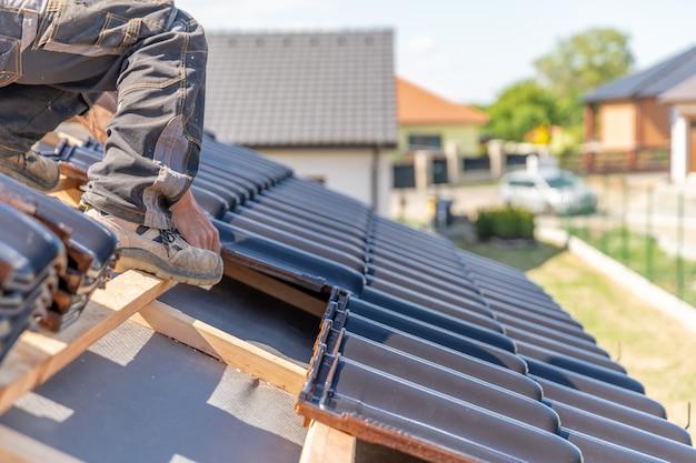 Herstellung des daches eines familienhauses aus keramikfliesen Premium Fotos