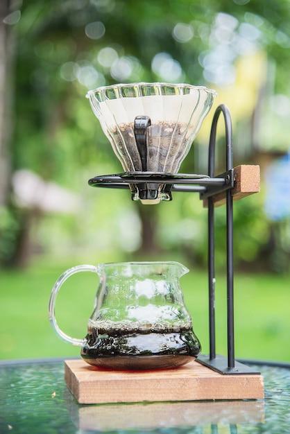 Herstellung des filterkaffees in der weinlesekaffeestube mit grüner gartennatur Kostenlose Fotos