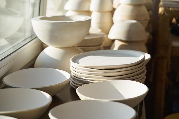 Herstellung von keramischen erzeugnissen, werkstück. schöner hintergrund mit keramik Premium Fotos