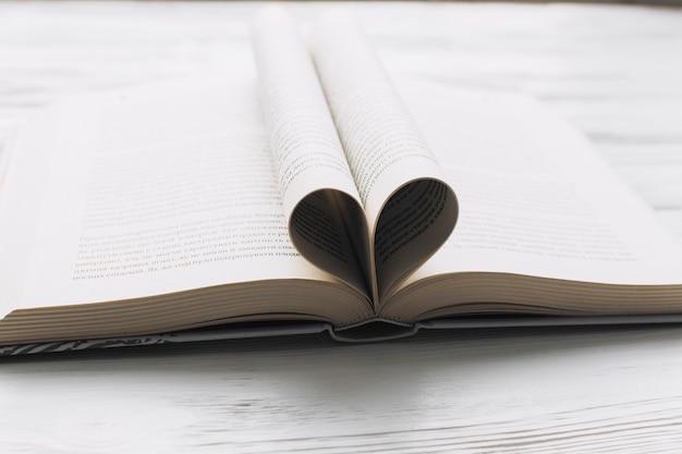Herz aus Buchseiten | Download der kostenlosen Fotos
