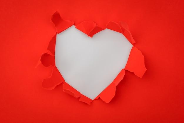 Herz zerrissenes papier mit platz für text. Kostenlose Fotos