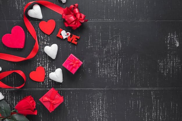 Herzen und geschenke auf schwarzem hintergrund Kostenlose Fotos