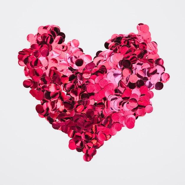 Herzentwurf gemacht vom rosafarbenen konfetti Kostenlose Fotos