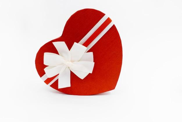 Herzförmige geschenkbox mit einem band Premium Fotos